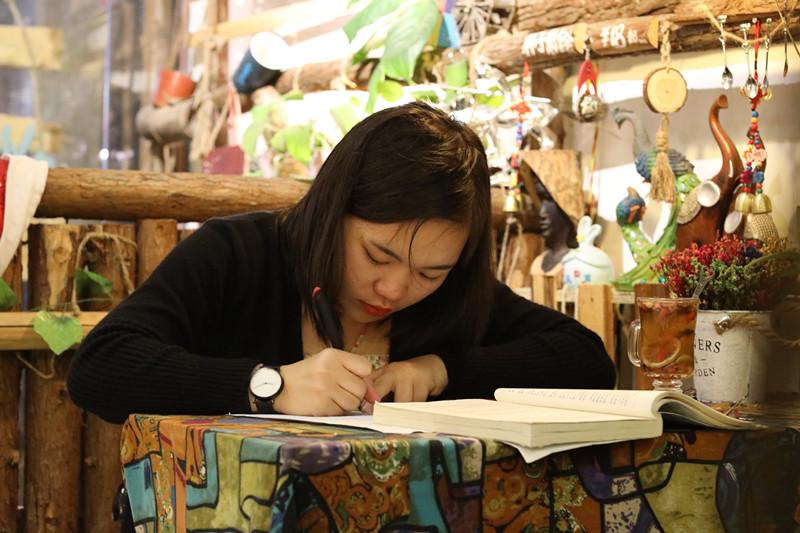 """来""""乐艺活""""的每一个客人,几乎大部分都是他的熟客,这里不仅仅只是一个画廊或咖啡厅,还是一个属于自己的小空间。白天的时候,孩子在里面写作业、看书;晚上的时候,淘气的孩子缠着高飞说话,或者看动画片;文静的女孩则喜欢坐在角落写着心事。"""