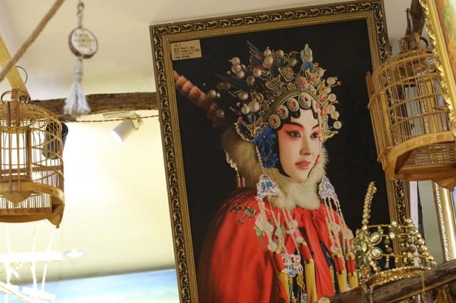 福建老家的堂哥是画师,好几年前创业开了一家公司专门卖油画和古典艺术装饰品的,他因为会说英语,回来便负责了对接的工作。就这样,他开始和油画有了接触。