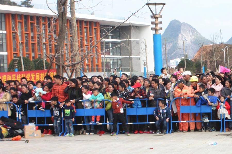贺州新闻网讯 12月3日上午,贺州市平桂区举行了第十四届中国瑶族盘王节祭祀大典,场面盛大、活动项目繁多。祭祀仪式结束后,许多观众来到平桂区文体中心广场,等待即将上演的民间绝技和梅花桩舞狮。