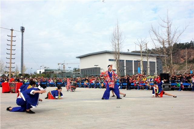 """盘王节是瑶族人民祭祀祖先盘王的重大节日,他们在祭祀、祈福、驱邪的仪式中往往要表演一系列的绝技神功。上刀山、下火海就是其中两项绝技,瑶族阿哥阿妹在勇者上刀山前,会进行""""预热""""表演。"""