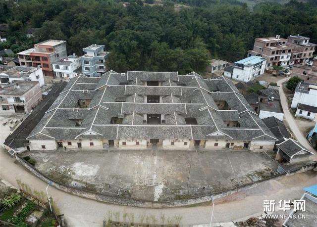 俯瞰广西贺州市八步区莲塘镇仁冲村的客家围屋(12月4日摄)。