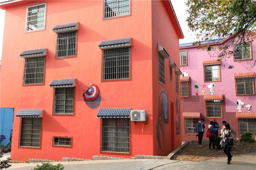 """该村民居进行了旅游开发性质观赏彩绘,包含墙面美化,环境重塑、楼体地面整理、屋面整体色彩重塑等内容,将原本老旧的农村民居改头换面,变成了五彩斑斓的现代彩绘艺术建筑群,被打造成为""""七彩乡村""""。"""