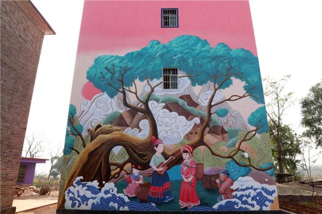 以民房的墙壁当画布,绘上了各种题材的画面,主要是当时流行的大幅3D画和瑶族风情画。
