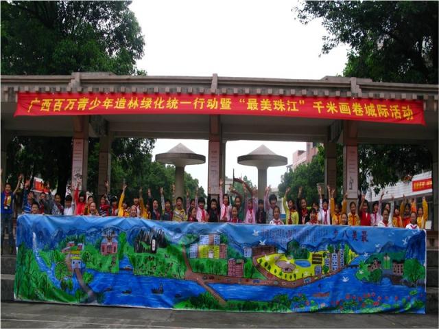 广大学生用手中的画笔描绘家乡的美景