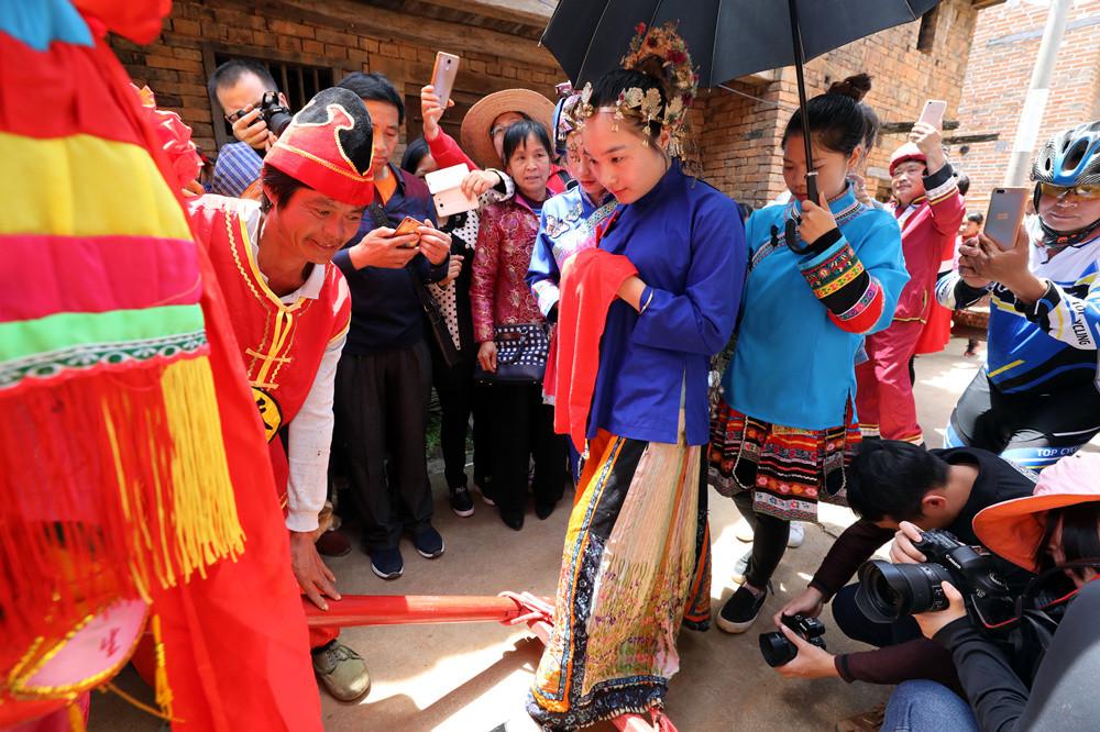 走进贺州古老村落 感受瑶族婚嫁民俗