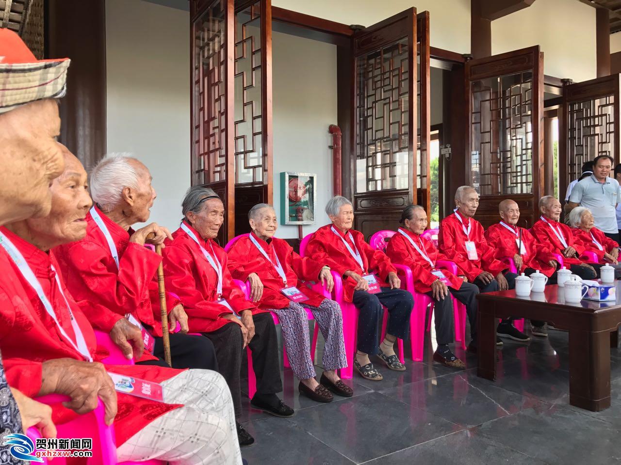 十一位百岁老人到长寿阁参观