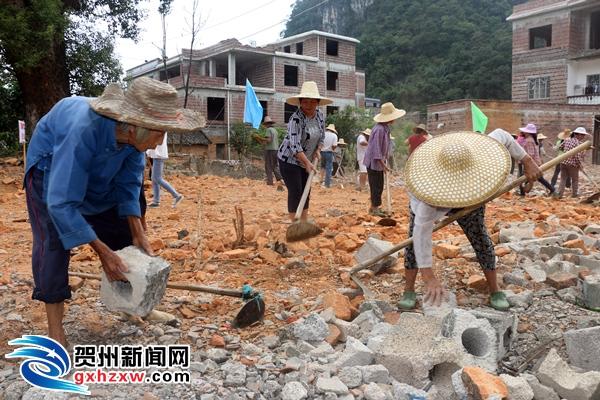 钟山:村民在工地上过国庆节