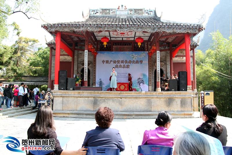 出席贺州市长寿高峰论坛的专家学者到黄姚考察