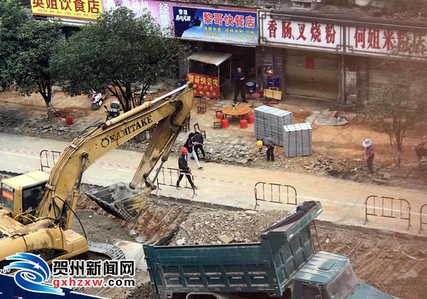 """钟山""""白加黑""""推进县城区道路改扩建工程建设"""
