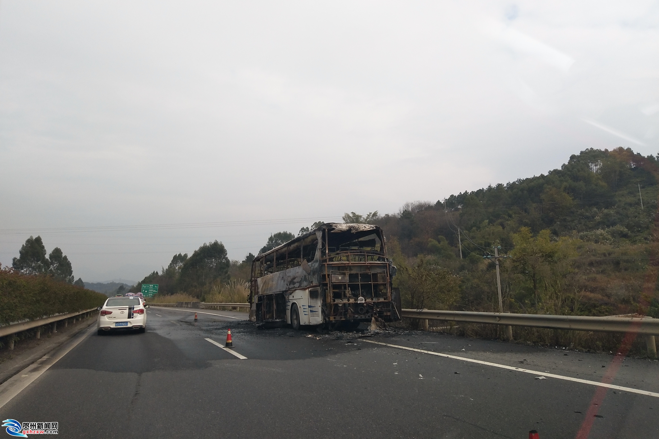 大巴车高速公路起火 现场浓烟滚滚