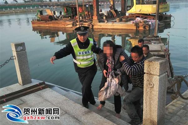 女子跳河后在水中瑟瑟发抖 等待救援