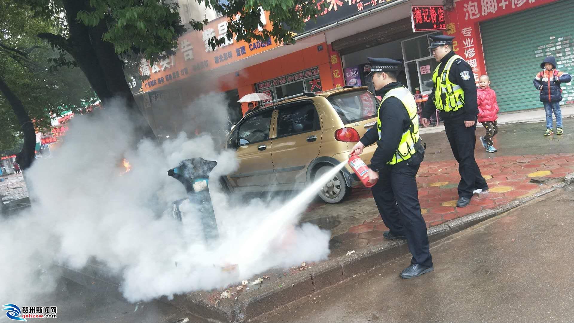 贺州路边一垃圾桶起火!疑似乱扔煤球所致