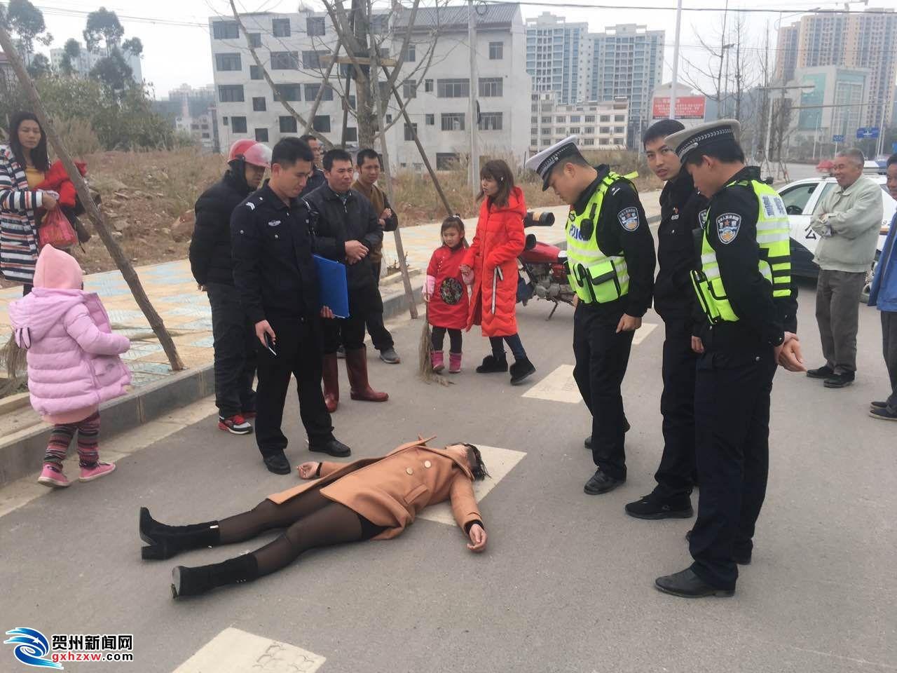 一妇女路边突然晕倒 群众发现求助...