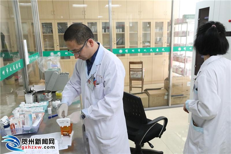 贺州首个自动片剂摆药机启用