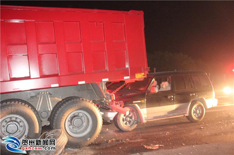 永贺高速一小车逆行与货车相撞造成3死1伤