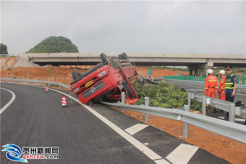 雨天路滑 永贺高速麦岭收费站发生一起交通事故