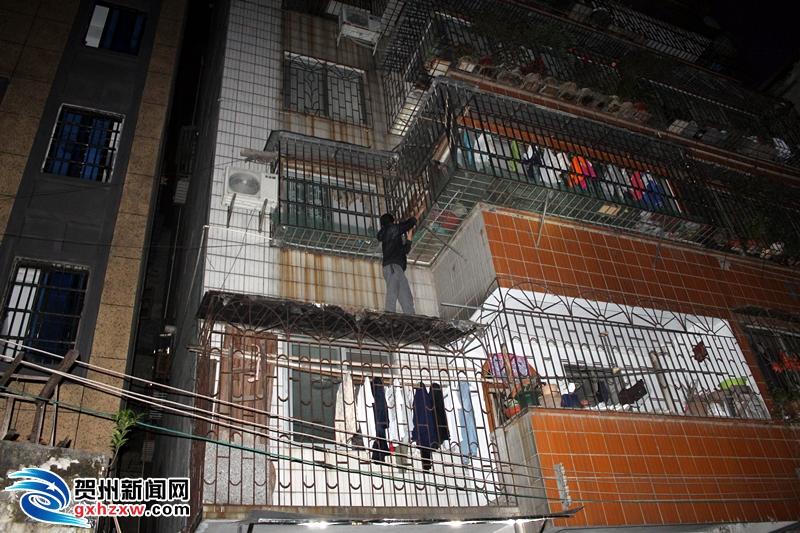 一男子不顾危险爬上二楼究竟为何...