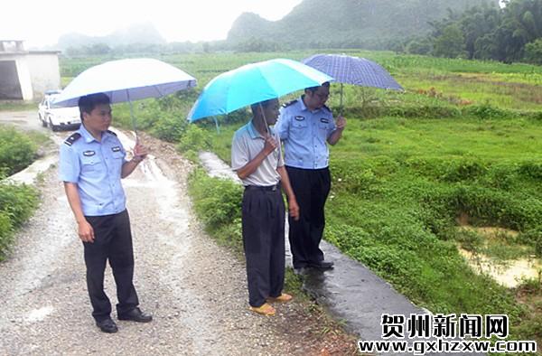 村警雨中排隐患 心系群众保安全