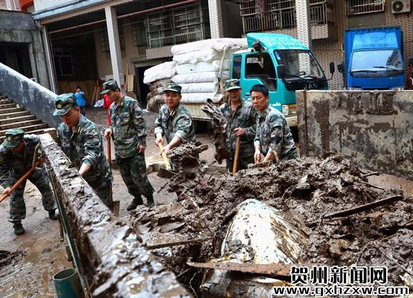 洪灾过后 干部群众齐自救