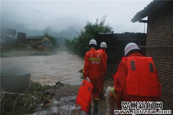 昭平救出12名被洪水围困群众