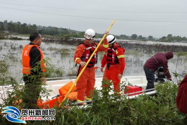 平桂党员干部双休日帮群众开展灾后自救忙