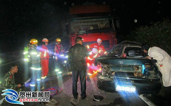 钟山:消防官兵成功营救汕昆高速车祸被困司机