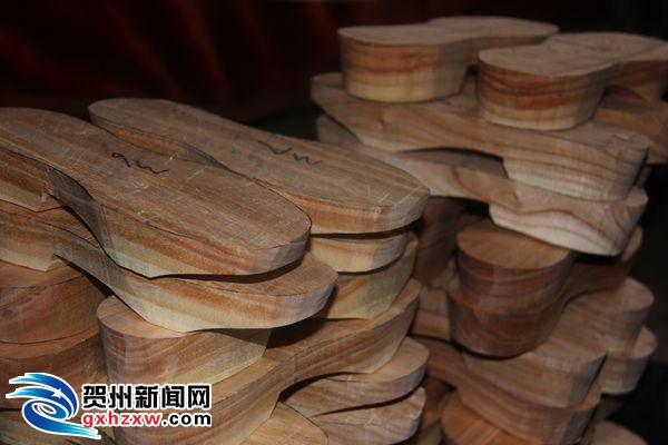 扁圆形状的木块,再用刀劈成宽度厚度相当的长方形