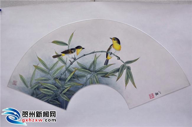李连康展出的部分书画作品。   小时候,李连康对书画其实并没有过多的关注,在就读初中画了幅彩铅画后,发现自己在书画方面有着非常不错的天赋。如今,经过高中和大学这些年的努力,他画出的山水画、花鸟画、人物画、书法,乃至到罕见的树叶画,非常逼真,神韵自然流露,作品栩栩如生。   这次李连康书画展展览的时间是1月18日-1月24日,还没有观看的市民朋友赶紧行动吧,精彩的视觉盛宴不容错过。