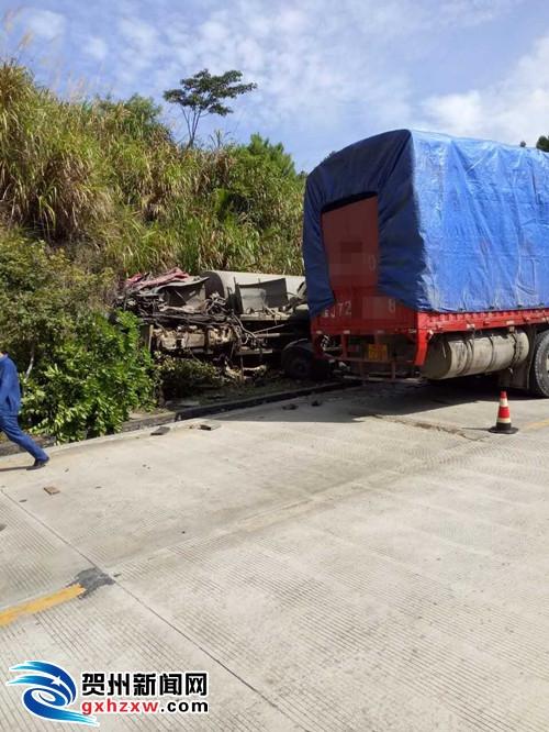 公会镇大姚村路段发生一起危险品运输车侧翻道路的交通事故