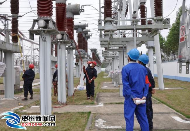 贺州供电局:首次开展变电设备带电复涂RTV工作