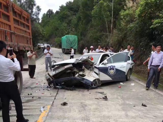 大货车与警车发生碰撞 四名干警全部救出无生