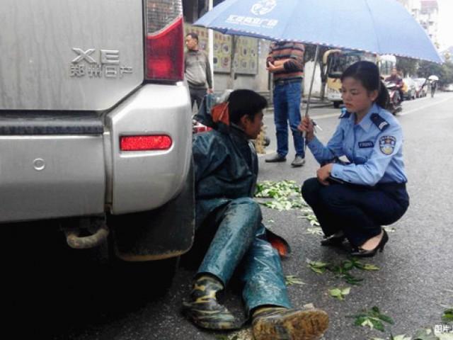 最美女警为交通事故伤者撑伞