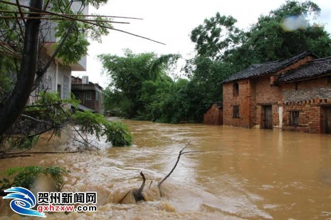 富川县石家乡山背村发生内涝 消防官兵成功疏散转移100多名群众