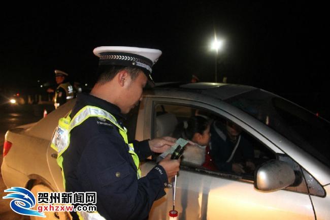 平桂交警夜查各类交通违法行为167起