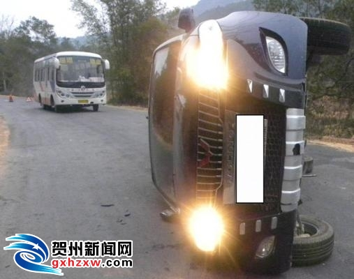弯道超车侧翻 司机右手骨折