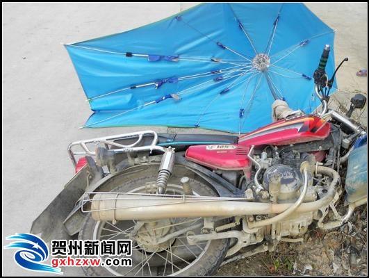 摩托装遮阳伞会车失控 冲出路边致5村民受伤