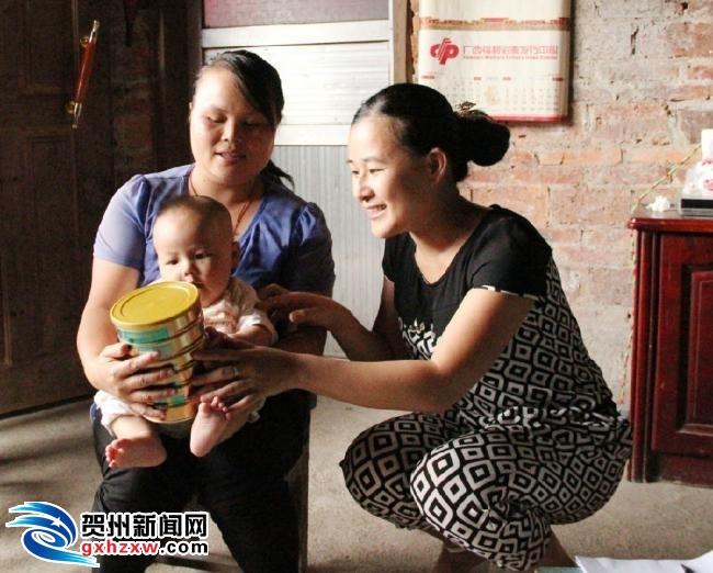昭平县贫困儿童获赠爱心奶粉