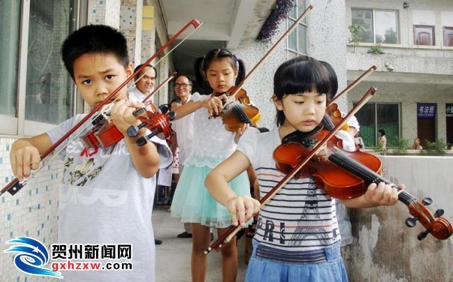 广西艺术学院教授到我市钟山县进行器乐考级