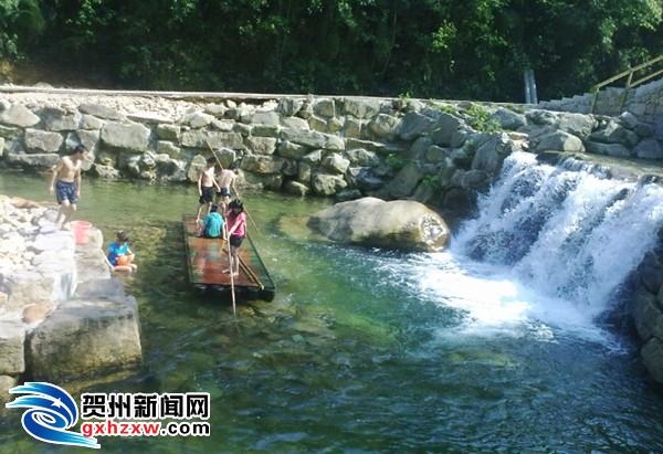 """图为""""十一""""黄金周期间,游客在十八水景区游玩的镜头."""